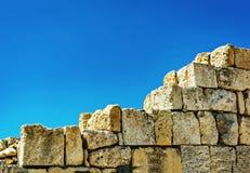 niebieskie światło sztuczne kamienna ściana Antyczne ruiny Chersonese sevens Ukraina fotografia stock