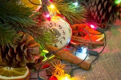 niebieskie asterysków gwiazdkę dekoracji kuli ciemne drzewo Fotografia Stock