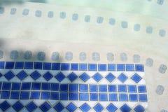 niebieskie basen kafli. zdjęcia stock