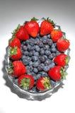 niebieskie jagody słoma obraz stock