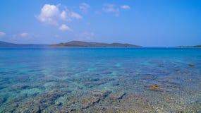 niebieskie morza śródziemnego Piękna czysta woda obraz royalty free