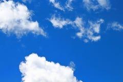 Niebieskie nieba i białe chmury pięknie deseniują Zdjęcia Stock
