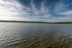 Niebieskie nieba i wodny jezioro Zdjęcia Royalty Free