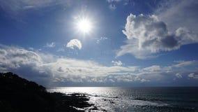Niebieskie niebo, światło słoneczne i woda, fotografia royalty free