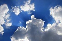 Niebieskie niebo żywy z chmurą i raincloud, teren z Ray Lekka sztuka natury piękna i odbitkowa przestrzeń dla dodaje tekst obraz royalty free