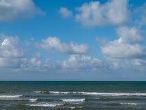 niebieskie niebo ani białe Zdjęcia Royalty Free
