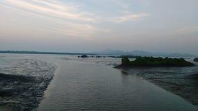 Niebieskie niebo błękitne wody natur prezenta słońca słońca ustalony wzrost beutyful Zdjęcia Royalty Free