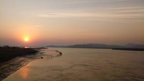 Niebieskie niebo błękitne wody natur prezenta słońca słońca ustalony wzrost beutyful Obraz Stock