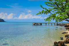 Niebieskie Niebo Błękitny Oceanon plaża przy Kood wyspą Obrazy Royalty Free