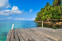 Niebieskie Niebo Błękitny Oceanon plaża przy Kood wyspą Fotografia Royalty Free