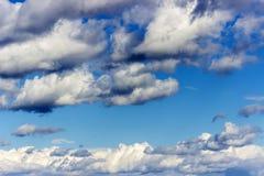 niebieskie niebo białe chmury Lata tło obrazy royalty free