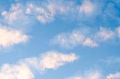 niebieskie niebo białe chmury Zdjęcia Royalty Free