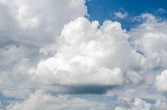 niebieskie niebo białe chmury Obraz Royalty Free