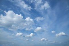 niebieskie niebo białe chmury obrazy royalty free
