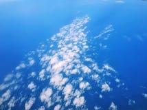niebieskie niebo bia?e chmury zdjęcie stock