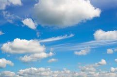 niebieskie niebo białe chmury Fotografia Royalty Free