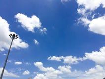 Niebieskie niebo biel chmurnieje streetlight Zdjęcia Royalty Free