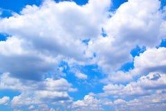 Niebieskie niebo biel chmurnieje tło 171018 0172 Obraz Stock
