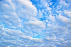 Niebieskie niebo biel chmurnieje tło 171216 0005 Fotografia Royalty Free