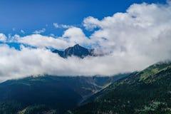Niebieskie niebo bielu chmury halna sceneria w Yunnan turystyki przejażdżki drodze Obraz Stock