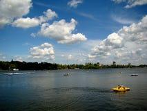Niebieskie niebo, bufiaste chmury, wodni bicykle i czysta woda, Obrazy Stock