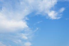 Niebieskie niebo, chmura szeroki niebieskie niebo i miękka część Obłoczny biel, Zdjęcie Royalty Free