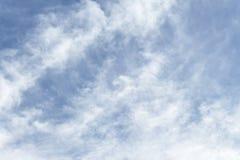 Niebieskie niebo, chmura szeroki niebieskie niebo i ostrość Obłoczny biel, Fotografia Stock