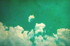 Niebieskie niebo chmurnieje dla retro koloru stylu z grunge teksturą zdjęcia royalty free
