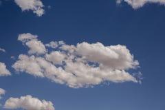 Niebieskie niebo chmurnieje nad parkiem narodowym w Kalifornia i Nevada niebie Zlany stan Ameryka fotografia royalty free
