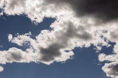 Niebieskie niebo chmurnieje nad parkiem narodowym w Kalifornia i Nevada niebie Zlany stan Ameryka obraz stock