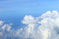 Niebieskie niebo chmurnieje niebieskie niebo z chmurami obłoczny niebo na odgórnym widoku Zdjęcia Royalty Free