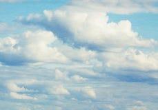 Niebieskie niebo, chmury i słońca światło, Obrazy Royalty Free