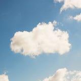Niebieskie niebo, chmury i słońca światło, Obraz Stock