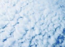 Niebieskie niebo, chmury i słońca światło, Fotografia Royalty Free