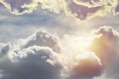 Niebieskie niebo, chmury i słońca lekki tło, fotografia royalty free