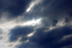 Niebieskie niebo ciężkie chmury i słońce Zdjęcia Royalty Free
