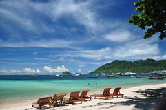 Niebieskie niebo dzień przy piękną plażą, Ko Tao Zdjęcie Royalty Free