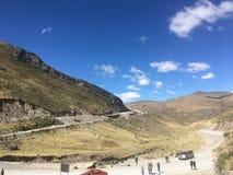 Niebieskie niebo gór podróż obraz royalty free