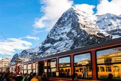 Niebieskie niebo góra z stacją kolejową Fotografia Royalty Free
