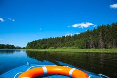 Niebieskie niebo i błękitny jezioro w lecie Białe chmury odbijają w błękitne wody Sławny jeziorny Seliger Rosja obraz royalty free