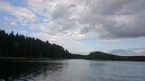 Niebieskie niebo i błękitny jezioro w lecie Białe chmury odbijają w wodzie Sławny jeziorny Seliger Rosja fotografia royalty free