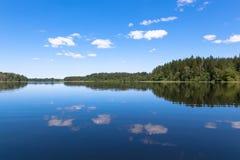 Niebieskie niebo i błękitny jezioro w lecie Sławny jeziorny Seliger Rosja obraz royalty free
