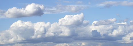 Niebieskie niebo i biała cumulus chmura Obrazy Royalty Free