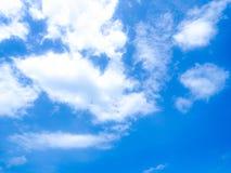 Niebieskie niebo i biel chmura Zdjęcie Stock