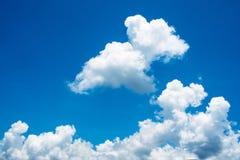 Niebieskie niebo i biel chmura słoneczny dzień Zdjęcie Stock