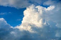 Niebieskie niebo i biel chmura w świetle słonecznym Cloudscape fotografii tło Romantyczny skyscape z puszystą chmurą zdjęcia stock