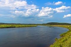 Niebieskie niebo i biel chmurniejemy nad rzecznym Volga Obrazy Stock