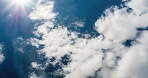 Niebieskie niebo i biel chmurniejemy w górę widoku od ziemi, 4k zbiory