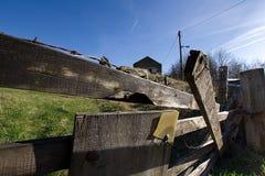 Niebieskie niebo i brama w Szczytowym Gromadzkim parku narodowym, UK Obraz Royalty Free