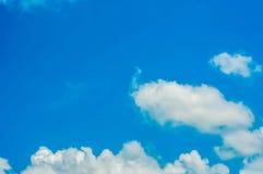 Niebieskie niebo i chmura zdjęcia stock